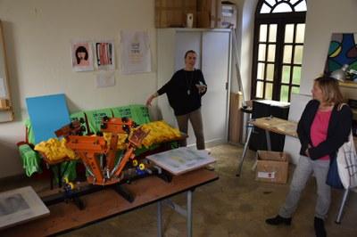 Ilaria Peiretti führt die Gruppe durch das Ostello Villa Olando und die Siebdruck-Werkstatt in Torre Pellice